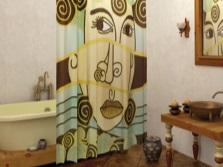 Крупный рисунок на шторке из ткани в ванной комнате