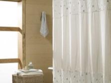 Мелкий рисунок на белой тканевой шторке в ванной комнате