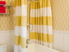 Двухцветные бело-желтые тканевые шторки в ванной