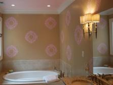 Крупные однотонные трафаретные узоры на стенах ванной