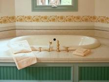 Трафаретный узор в качестве бордюра на стенах ванной