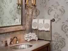 Трафаретная однотонная роспись возле раковины в ванной