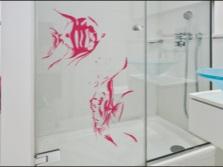 Трафаретный рисунок на стеклянных поверхностях в ванной
