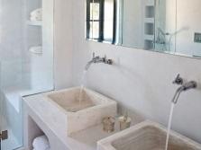Раковины из натурального камня в греческой ванной