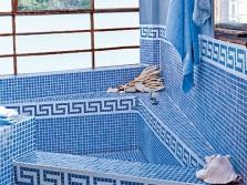 Керамическая плитка с орнаментом в ванной греческого стиля