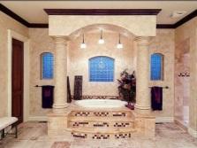 Ванная комната в греческом стиле облицованная керамической плиткой светлых оттенков с декоративными калоннами