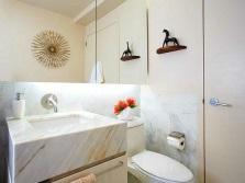 Раковина из мрамора в ванной в греческом стиле