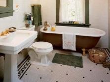 Греческие орнаменты для декора на полу в ванной, зеленые полотенца  в качестве ярких акцентов