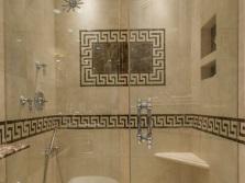 Традиционные узоры на стенах ванной комнаты в греческом стиле