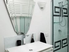 Необычное зеркало и греческие орнаменты в ванной в греческом стиле