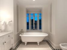 Белая ванная комната в греческом стиле с традиционными узорами на полу