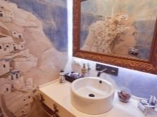 Декорированные стены в ванной комнате в греческом стиле