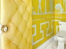 Желтые стены с греческими узорами в ванной комнате