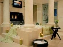 Просторная ванная комната с колоннами в греческом стиле