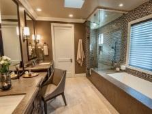 Коричневая ванная с отделкой керамической плиткой