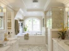 Керамическая плитка и натуральные материалы в ванной в стиле барокко