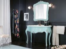 Туалетный столик на изящных ножках в ванной комнате в стиле барокко