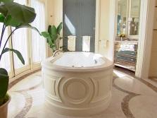 Ванна в ванной комнате в стиле барокко