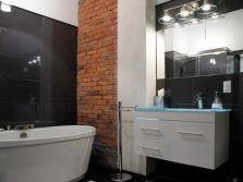 Подсветка зеркала в ванной в стиле лофт с комбинированными стенами из кирпича