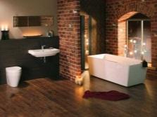 Не яркая подсветка в просторной ванной в стиле лофт со стенами из кирпича и белой сантехникой