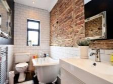 Стены ванной в стиле лофт из крашенного и простого кирпича