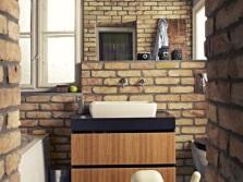 Полностью кирпичные стены в ванной в стиле лофт