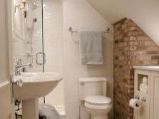 Комбинированные стены из кирпича, штукатурки и плитки в ванной в стиле лофт