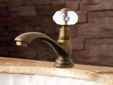 Смесители для ванной комнаты оформленной в ретро стиле