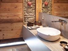 Каменная мебель в ванной комнате в стиле шале