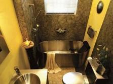 Ванная комната с раковиной, ванной и унитазом из нержавеющей стали