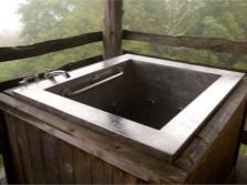 Стальная ванна на деревянном основании