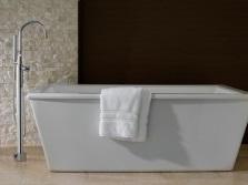 Прямоугольная отдельностоящая белая ванна с напольным смесителем