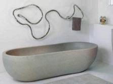 Водяной полотенцесушитель на стене ванной комнаты