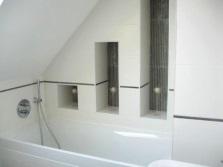 Ниши разного размера в стене ванной комнаты