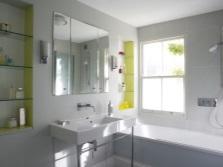 Ниши с полочками из стекла в стене ванной