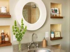 Небольшие ниши с деревянными полочками в стене ванной возле зеркала