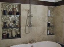 Полочки в нише под ванные принадлежности