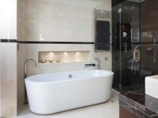 Ниша с подсветкой возле ванны в качестве полочки под различные принадлежности