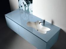 Голубая прямоугольная подвесная тумба со встроенной раковиной в форме цветка для ванной