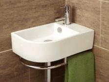 Подвесной угловой умывальник белого цвета шириной 40см в ванно комнате