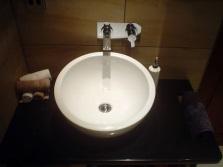 Накладной большой круглый умывальник белого цвета шириной 65см для ванной