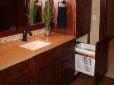 Мебель для ванной - тумба с раковиной и пенал с корзиной для белья