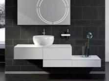 Белая ассиметричная тумба с умывальником в ванной
