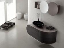 Подвесная тумба с черной накладной раковиной в ванной