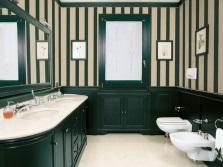 Яркая напольная тумба со встроенными раковинами в ванной в стиле фьюжн