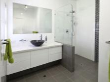 Белая подвесная тумба с черной накладной раковиной для ванной
