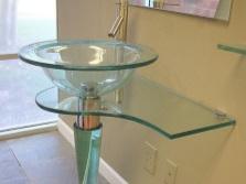 Умывальник из стекла на одной опорной ножке для ванной