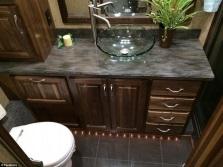 Круглый накладной умывальник из стекла для ванной