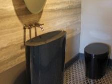 Черный умывальник необычной формы из композитного материала для ванной