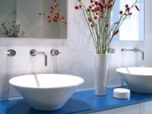 Белый умывальник в голубой ванной
